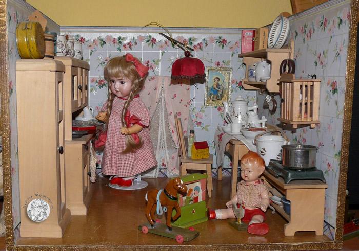 Auch diese antike Puppenküche von vor 1910  stellt Lotte den großen und kleinen Lesern vor.
